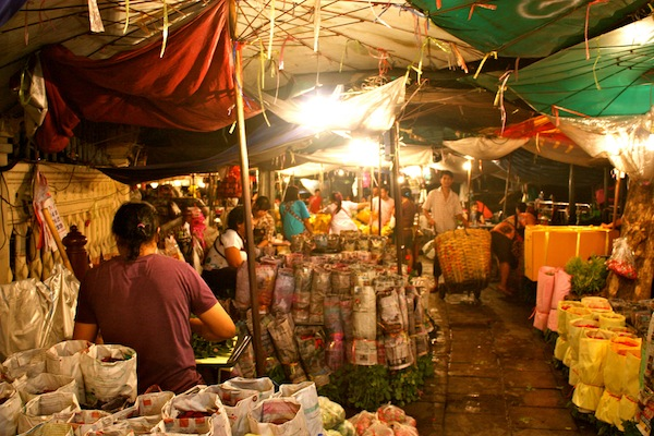 Night time stalls at 24-hour Bangkok Flower Market, Thailand