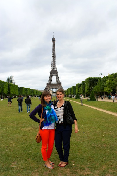 Tangerine jeans in front of the Eiffel Tower: backpacker style in France